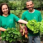 Casal larga profissões na cidade para plantar orgânicos na zona rural