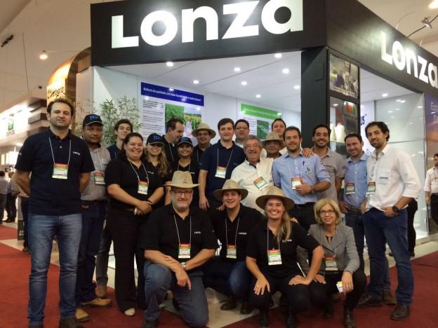 Equipe da Lonza durante a Hortitec, feira que ocorreu os lançamentos da linha Celenco - Fotos Lonza