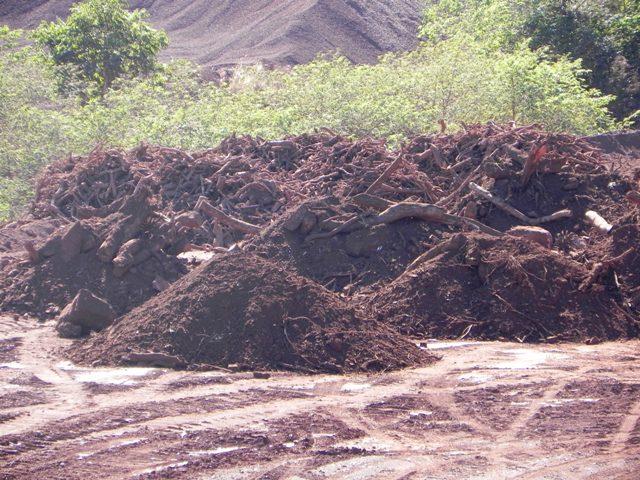 Distribuição do solo (topsoil) e resíduos de área de supressão, em montes com formações côncavas e convexas, possibilitando retenção