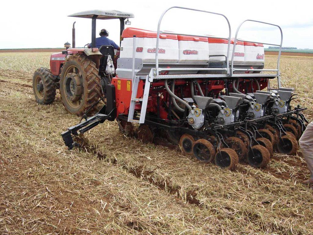 Plantio mecanizado de hortaliças sobre palhada - Crédito Embrapa Hortaliças